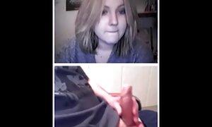 Tämä tyttö on täynnä kahden pippurin nainen porno kylkiä vessassa.