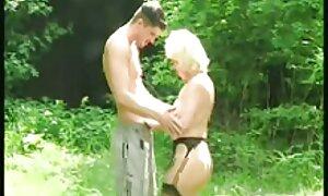 Valmistumisen jälkeen hän kantoi suihkun äiti ja poika porno ja lievitti stressiä