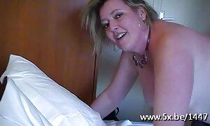 Soittaa ruoska kylpyhuoneessa eroottinen hieronta video
