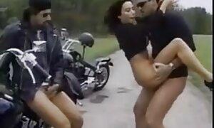 Lievä nuori tyttö antoi kolme miestä raiskaus porno