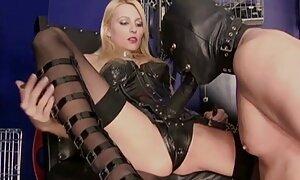 Prostituoitu seksi ja porno palvelee saunassa piilokameralla.