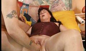 Tyttö, seksi porno 18 joka pitää maukkaasta lihasta kädellään